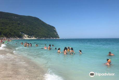 Spiaggia dei Sassi Neri
