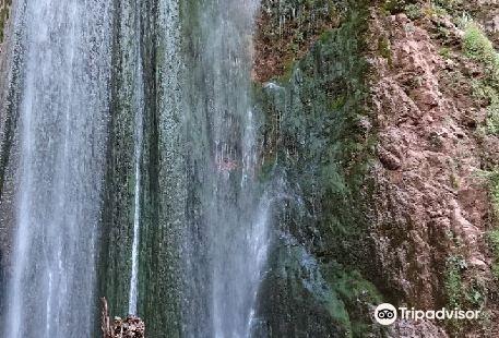 Perolniyoq Waterfall