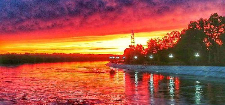 布爾津河堤夜市1