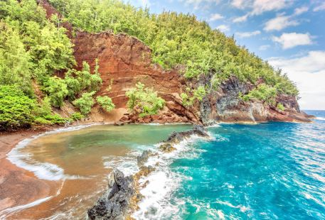 Kaihalulu (Red Sand) Beach