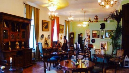 Thomas Antiques Lounge Bar