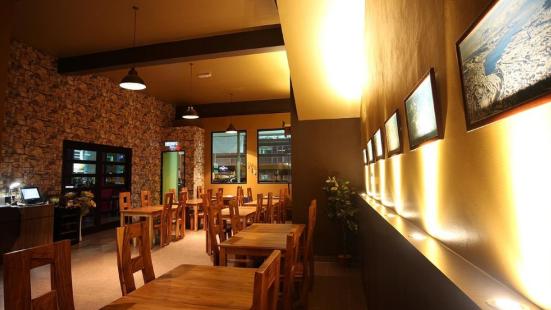 Razzmatazz Bistro, Pub & Lounge