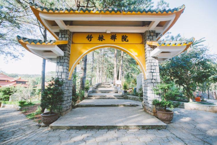 Truc Lam Temple1