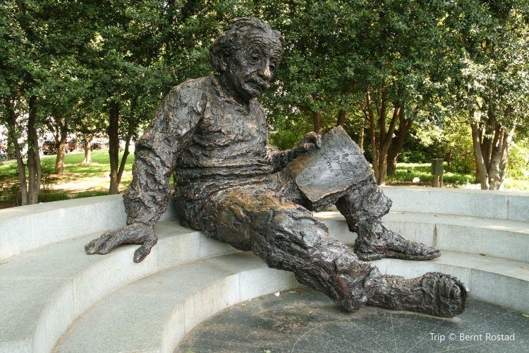 Albert Einstein Memorial4