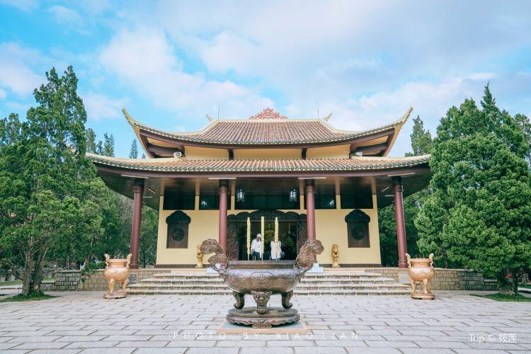 Truc Lam Temple2