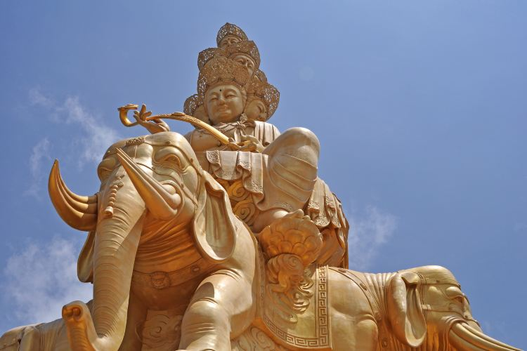 Golden Statue of Puxian on Emei Mountain1