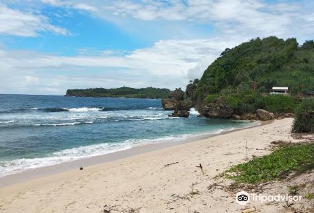 Gondo Mayit Beach