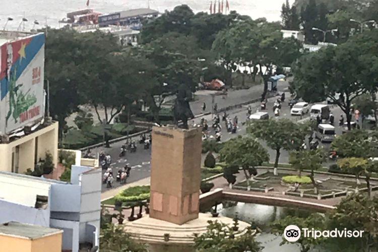 Tran Hung Dao Statue4