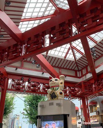 Osu Maneki-Neko (Beckoning Cat) Statue