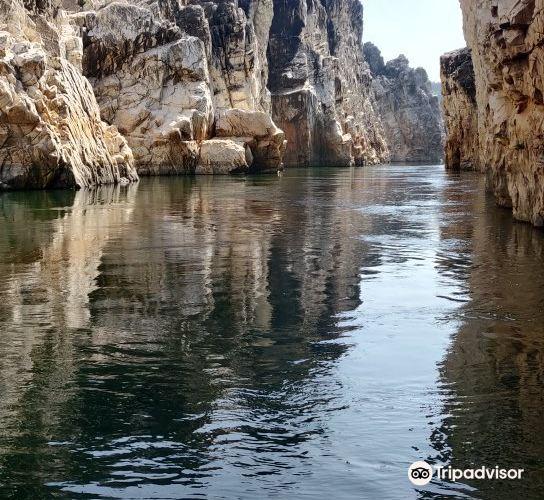 Bhedaghat Marble Rocks2
