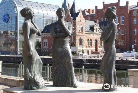 """Trzy Gracje"" sculpture"