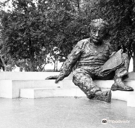 Albert Einstein Memorial2